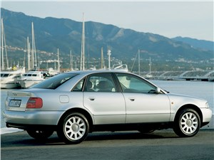 Audi A4 1998 вид сбоку сзади