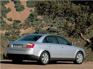 Audi A4 2000 вид сбоку сзади