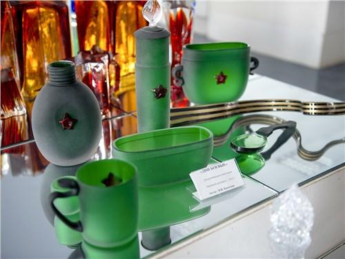 Гусевской хрустальный завод выпускает изделия из бесцветного, цветного и накладного хрусталя