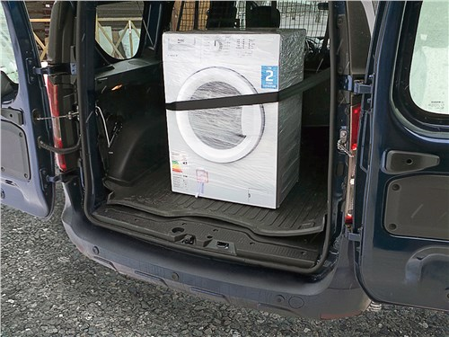 В багажник Renault Dokker загружена 90-килограммовая стиральная машина. Мы постарались закрепить ее симметрично относительно продольной оси автомобиля