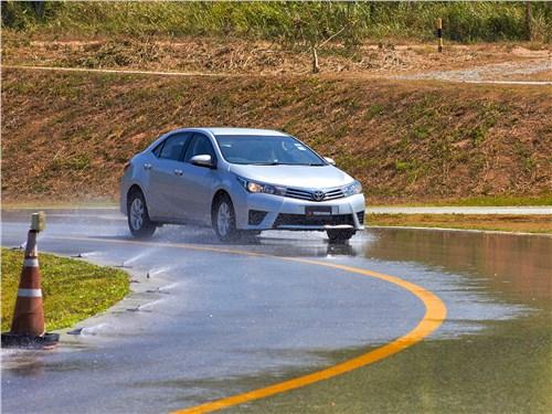 Боковое ускорение на водяной пленке становится серьезным испытанием для шины
