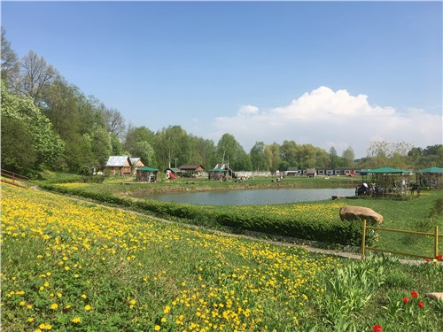 На ферме есть и площадки для пикников, и гостевые домики, и даже места для рыбалки