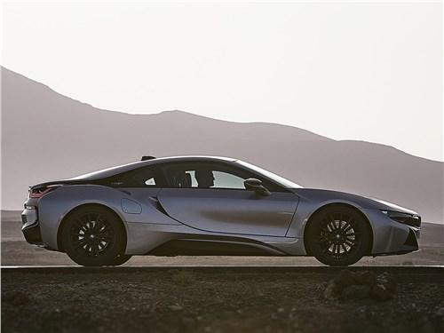 BMW i8 Coupe 2019 вид сбоку