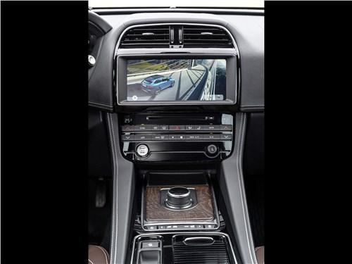 Jaguar F-PACE 2018 центральная консоль