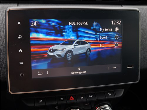 В Renault Arkana дисплей в виде планшета не возвышается над панелью, а как бы прикреплен к центральной консоли