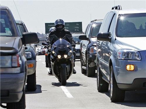 Общественность выступила против штрафов мотоциклистам за междурядье