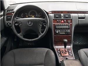 Mercedes-Benz E-Klasse 1996 водительское место