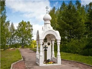В 90-х возродилась традиция ставить у братских могил небольшие часовни памяти