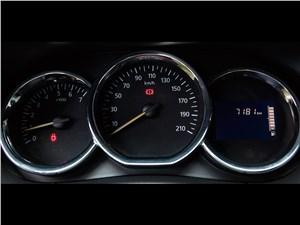 Renault Duster 2015 приборная панель
