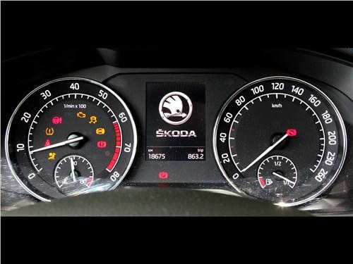 Skoda Superb Combi 2016 приборная панель