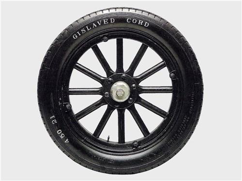 У автомобильного колеса начала прошлого века хорошо различимы составные части: обод, спицы и диск