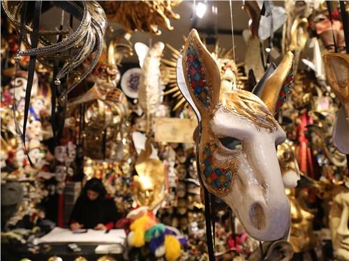 Карнавальные маски – один из символов Венеции – делают из папье-маше и керамики