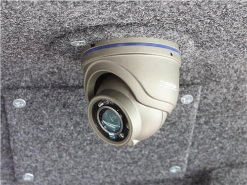 За тем, что происходит внутри и снаружи фургона, следит почти десяток камер