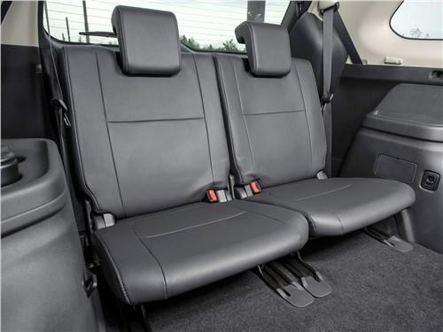 Комфорт на третьем ряду кресел в Mitsubishi Outlander вполне достойный: спинки сидений регулируются по наклону, у каждого из пассажиров – свои подстаканники и ниши для смартфонов