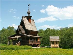 Сожженную в 2000 г. часовню восстановили в том же виде и на том же месте