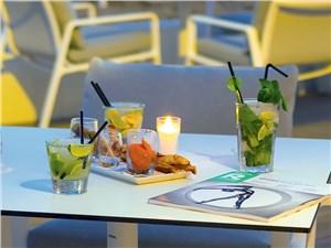 Гости могут заказать напитки в баре отеля