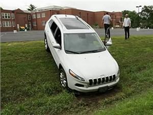 Новость про Jeep Cherokee - Почти полмиллиона автомобилей от Chrysler уязвимы к хакерским атакам