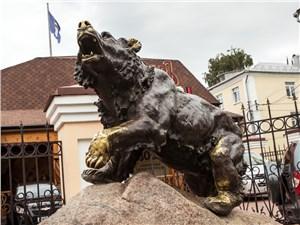 Памятник символу Ярославля, медведю, стоит прямо в центре города. Мало того, он еще и рычит в определенные часы!