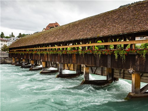 Этот деревянный мост в городке Тун служит людям уже три столетия
