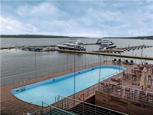 Пристань подмосковного яхт-клуба может принять до 100 судов длиной до 30 метров. Рядом – роскошный бассейн