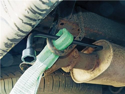 Наиболее надежный способ крепления троса к буксировочной проушине – при помощи колесного ключа