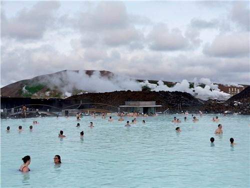 Геотермальный курорт «Голубая лагуна» ежедневно принимает сотни посетителей