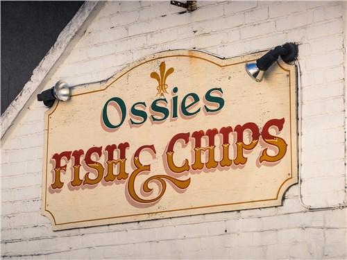 Небольшие кафе Fish & Chips чуть ли не на каждом шагу, и во всех это блюдо готовят по-своему