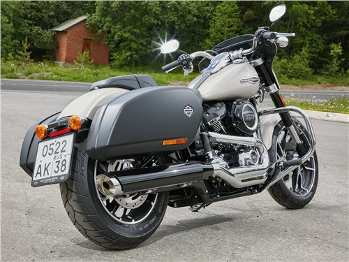 Harley-Davidson Sport Glide вид сзади