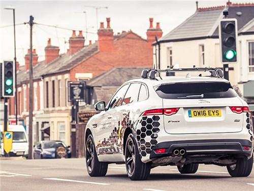 Новость про Jaguar - Jaguar Land Rover наладил контакт со светофорами