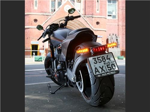 Harley-Davidson FXDR вид сзади