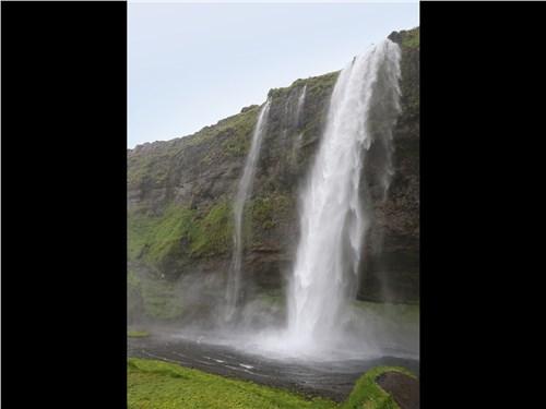 В Исландии множество водопадов, которые подпитываются огромными ледниками