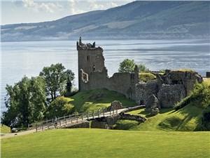 С руин замка Аркарт хорошо смотреть на озеро Лох-Несс