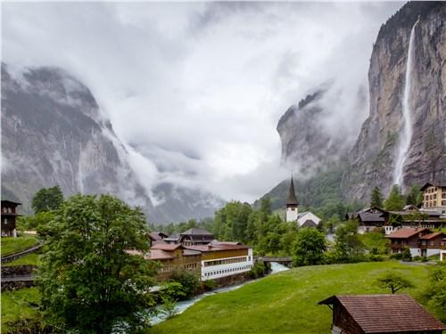 Долина Лаутенбруннен – долина 72 водопадов, в том числе и самого большого внутри скалы, Трюммельбахского