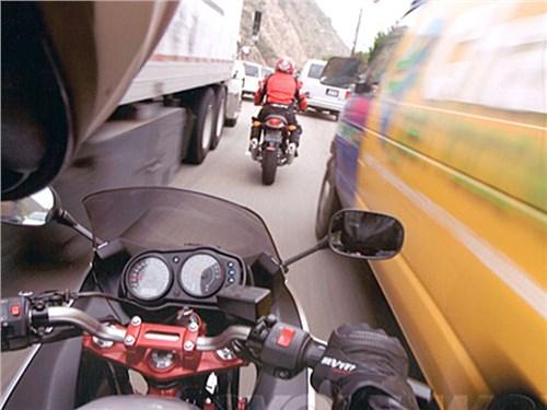 Автолюбителям напомнят о мотоциклистах