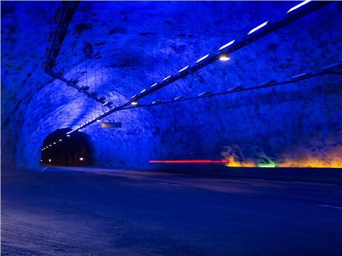 Даже в 25-километровом туннеле есть живописные места