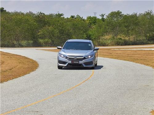 На скоростном извилистом участке проверяются управляемость и боковое сцепление