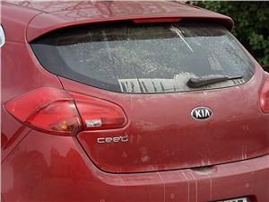 Предпросмотр kia cee'd 2012 стекло двери багажника после пыльной дороги