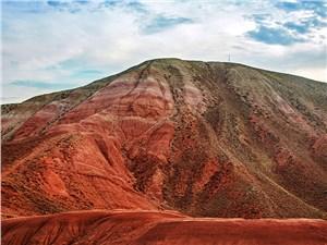 Красноватый оттенок глины придает горе Богдо неповторимый вид