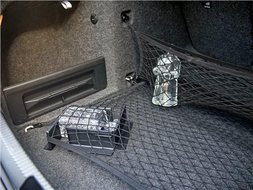 Штатные уголки на липучках и набор сеток – двойная защита для ценных грузов в багажнике Skoda