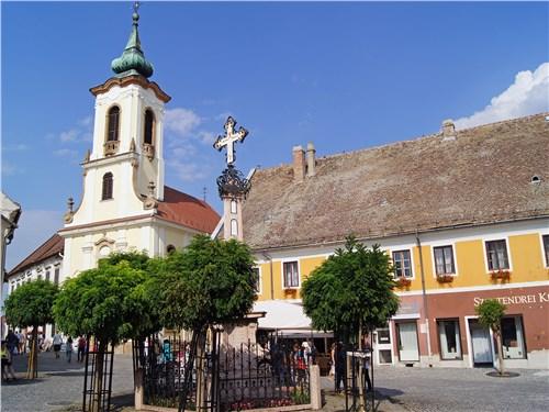 Сентендре населен выходцами из разных стран, в том числе православных Сербии и Греции