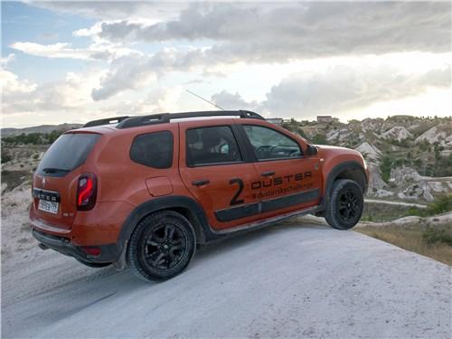 Renault Duster Dakar вид сбоку сзади