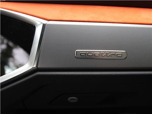 Audi Q3 2019 эмблема на бардачке ночью светится