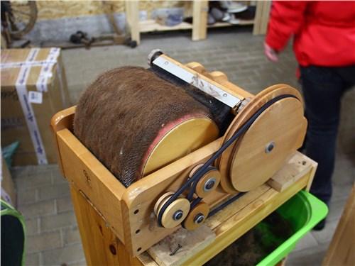 После чистки и прочесывания сырье обрабатывают в этой машинке