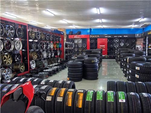Так в Таиланде выглядит крупный шинный магазин, но чаще встречаются небольшие и не столь ухоженные лавки