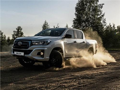 Toyota Hilux стал потихоньку чернеть