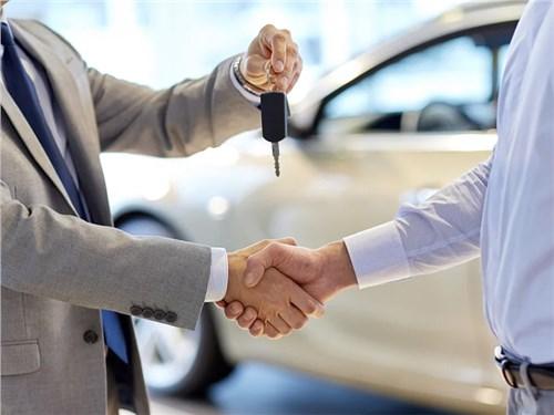 Продажи новых машин в России в мае упали вдвое
