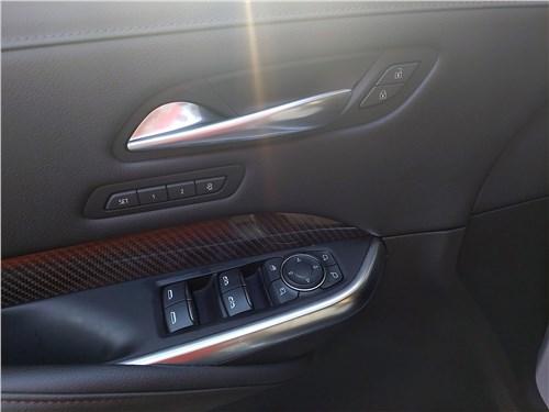 Cadillac XT4 (2019) дверь