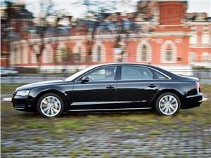 Audi A8 2014 вид сбоку черная