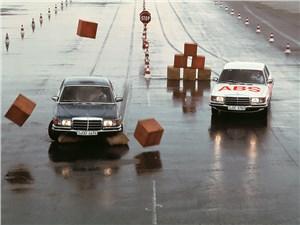На серийных моделях Mercedes-Benz первые ABS появились в 1978 г.