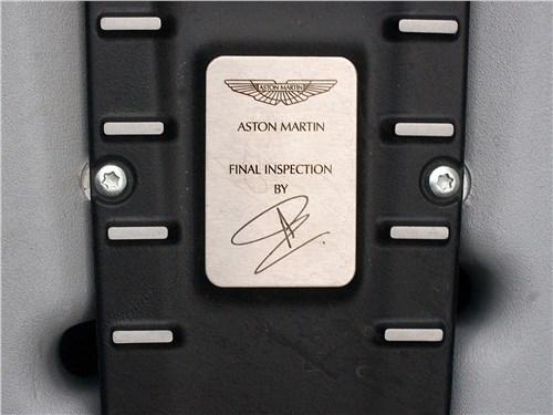 Aston Martin DB11 2017 фирменная табличка